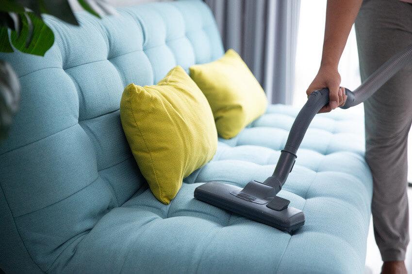 Comment nettoyer un canapé en tissu non déhoussable?