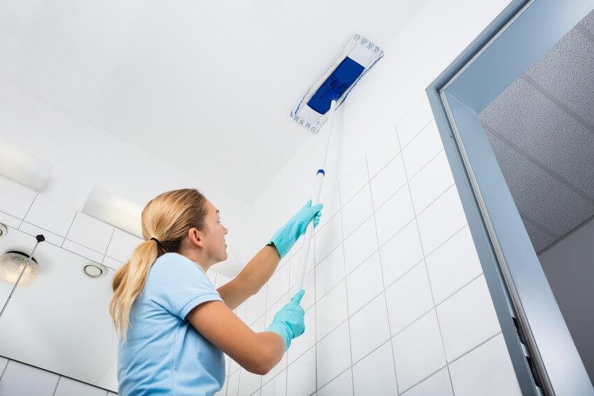 Lessiver un plafond : Comment nettoyer efficacement vos murs et plafonds ?